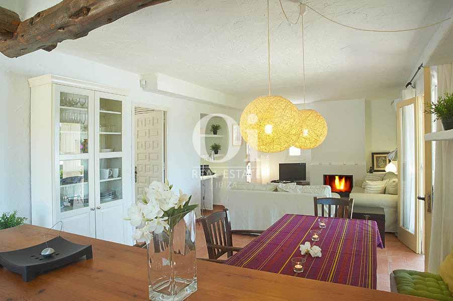 Comedor y sala de estar con chimenea en Las Salinas, Barcelona