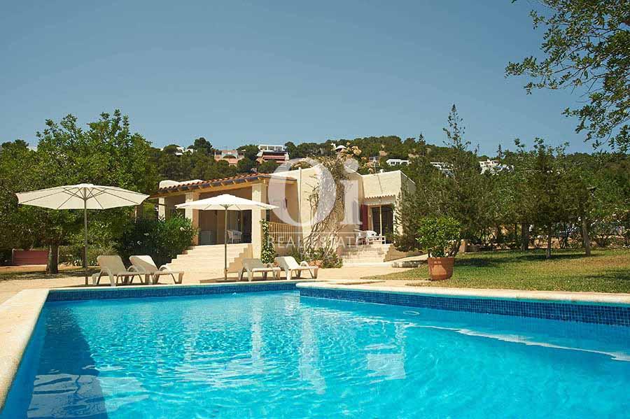 Piscina y vistas de casa en alquiler vacacional en Ses Salinas, Ibiza