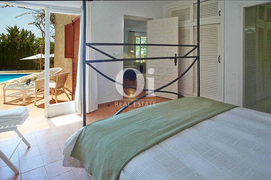 Habitación con acceso a la terraza y piscina de casa en alquiler de estancia en Las Salinas, Ibiza