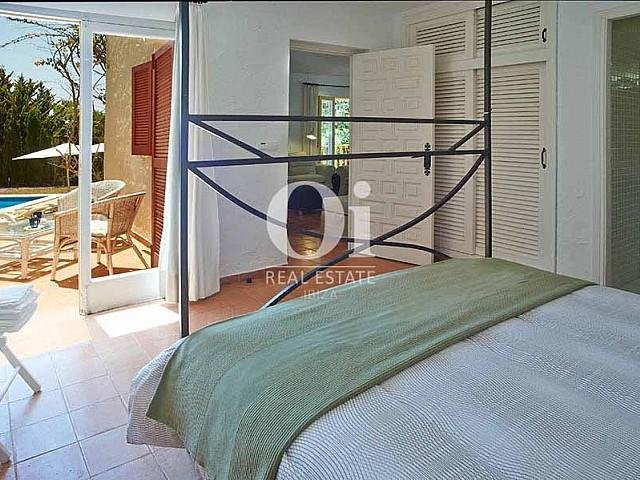 Вид из уютной комнаты на вилле в деревенском стиле в краткосрочную аренду на Ибице
