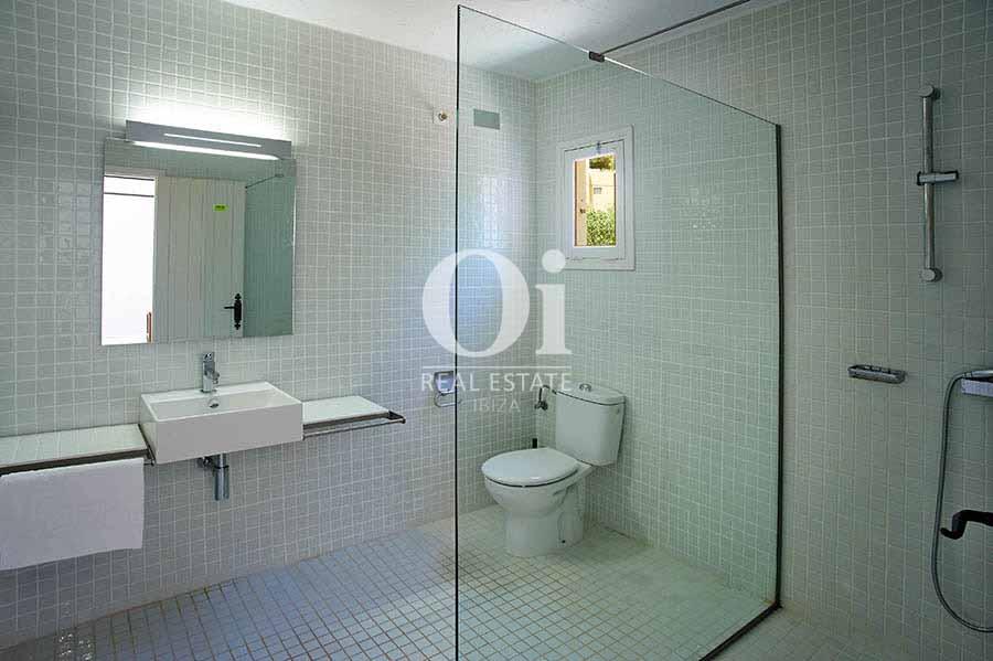 Современная ванная комната на чудесной вилле в деревенском стиле в краткосрочную аренду на Ибице