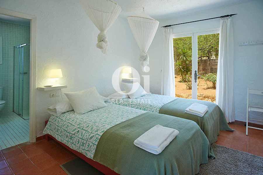 Blick in ein Schlafzimmer vom Landhaus zur Miete auf Ibiza