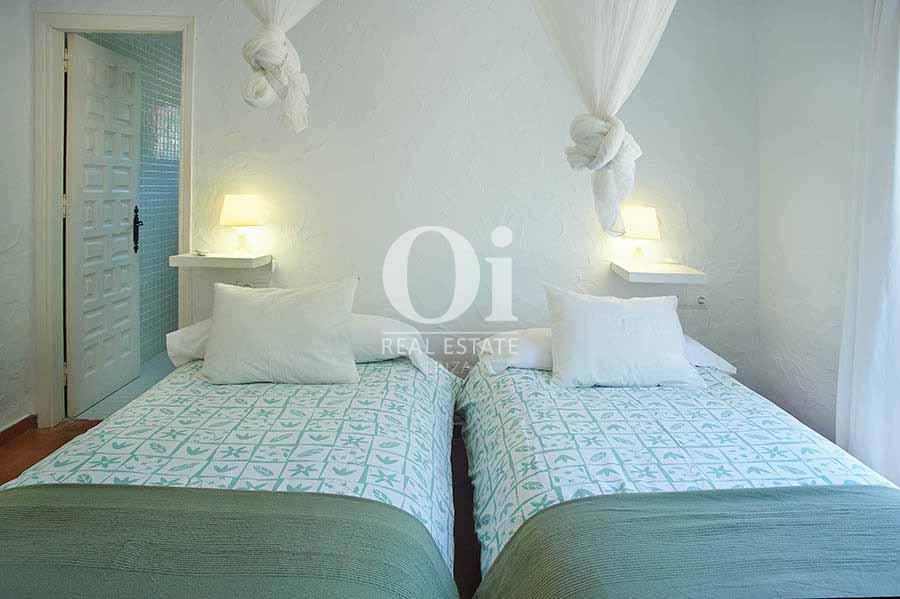 Estancia con dos camas de villa en alquiler vacacional en Salinas, Ibiza