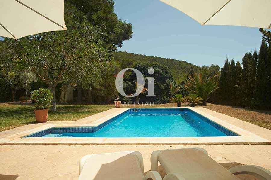 Piscina y vistas al bosque de villa en alquiler vacacional en Las Salinas, Ibiza
