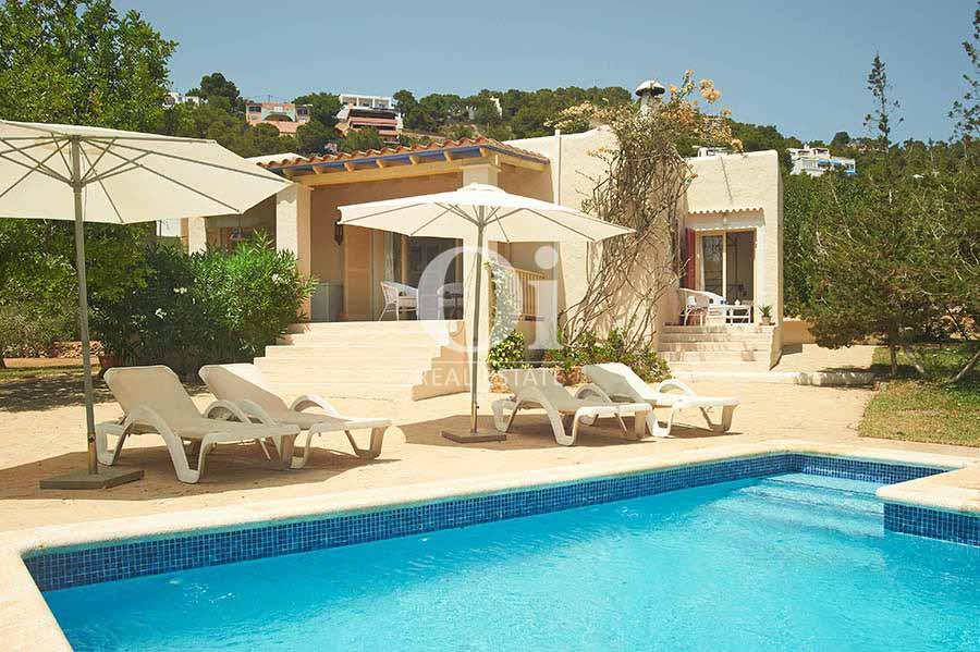 Piscina y tumbonas de casa en alquiler de estancia en Ses Salines, Ibiza