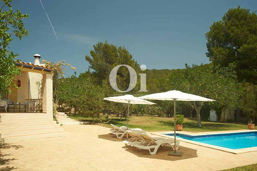 Blick auf den Poolbereich vom Landhaus zur Miete auf Ibiza