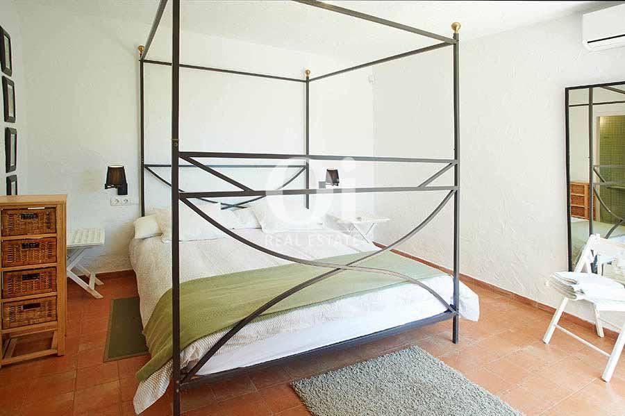 Dormitorio de matrimonio de casa en alquiler de estancia en zona Ses Salines, Ibiza