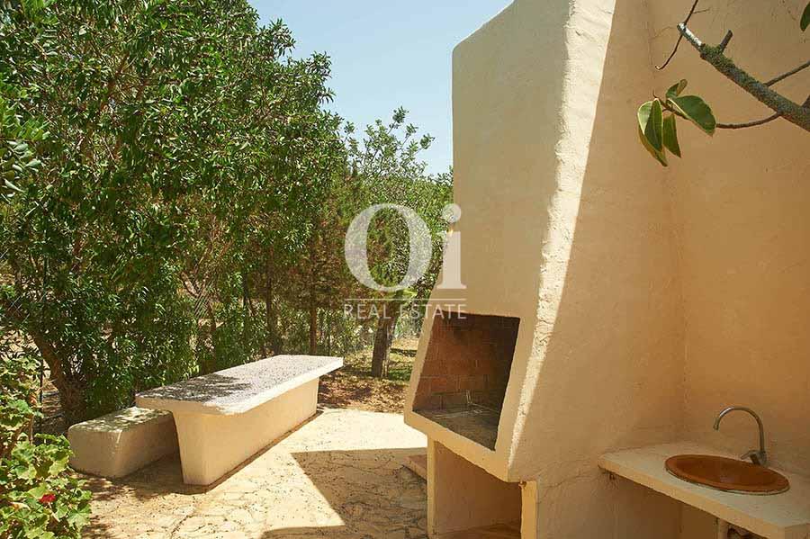 Zona de barbacoa de villa en alquiler de estancia en Ses Salines, Ibiza
