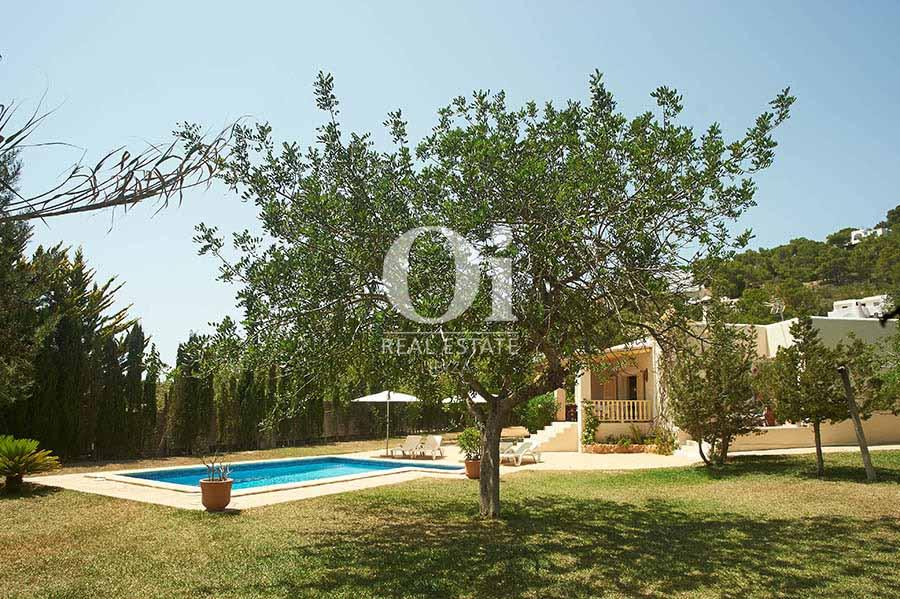 Piscine et vues de maison pour séjour en location à Ses Salinas, Ibiza