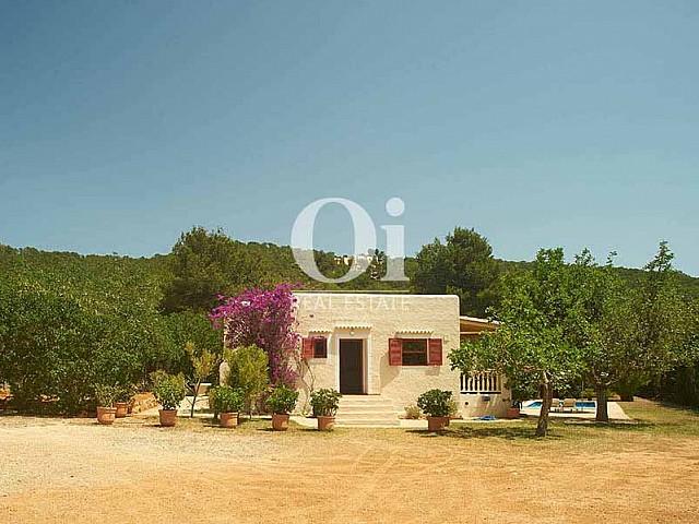 Blick auf die Fassade vom Landhaus zur Miete auf Ibiza