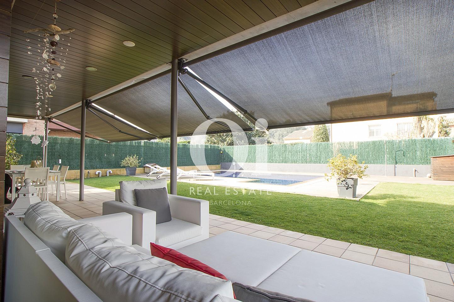 Terraza y comedor exterior de casa en venta en Cardedeu, Barcelona