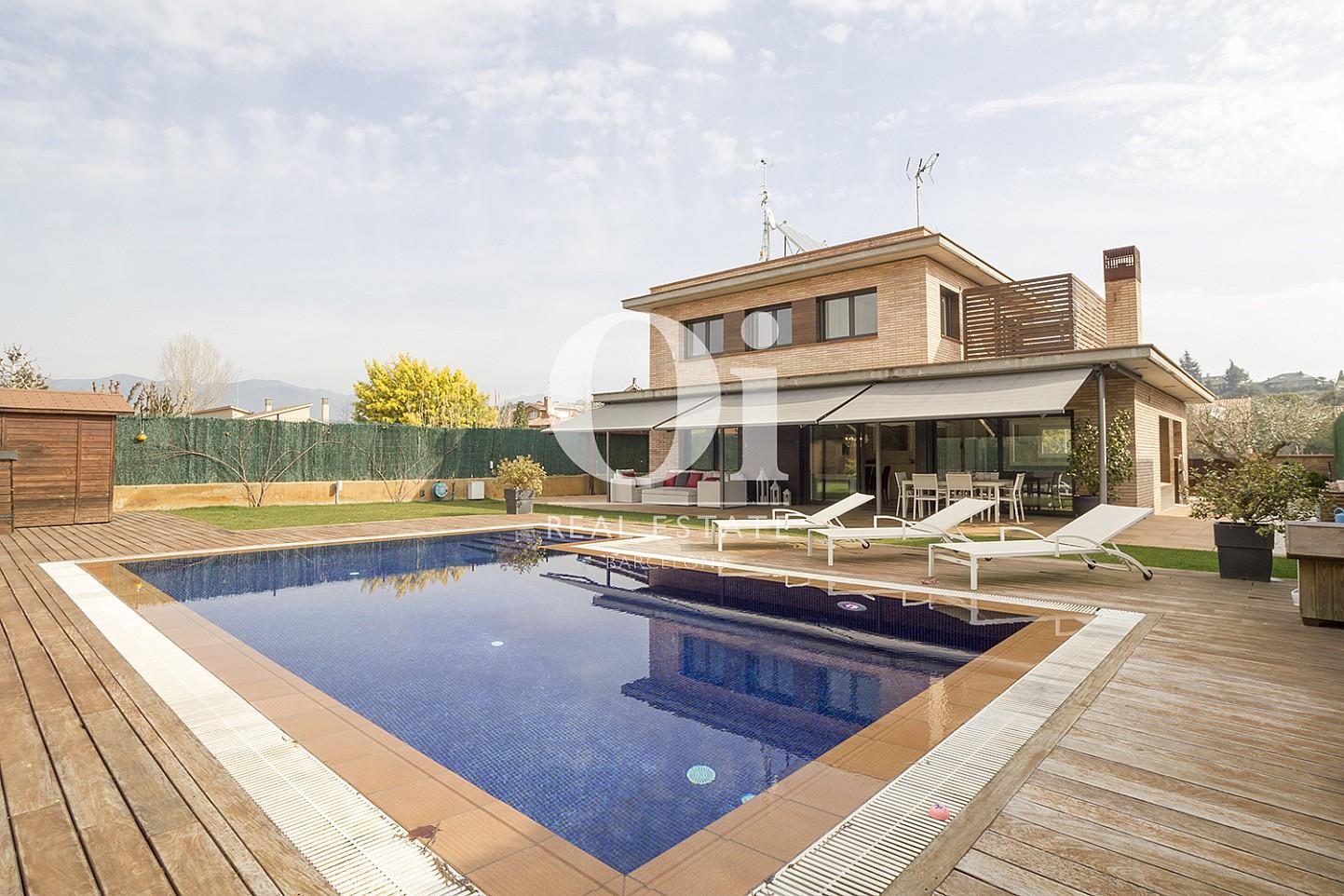 Великолепный бассейн, обрамленный деревом, у дома на продажу в Cardedeu, Барселона