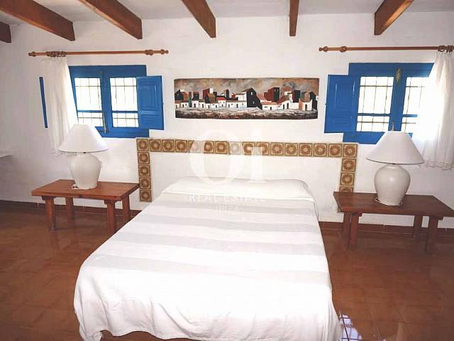 Двуспальная кровать в доме, сдающемся в аренду в период летних отпусков на Форментере