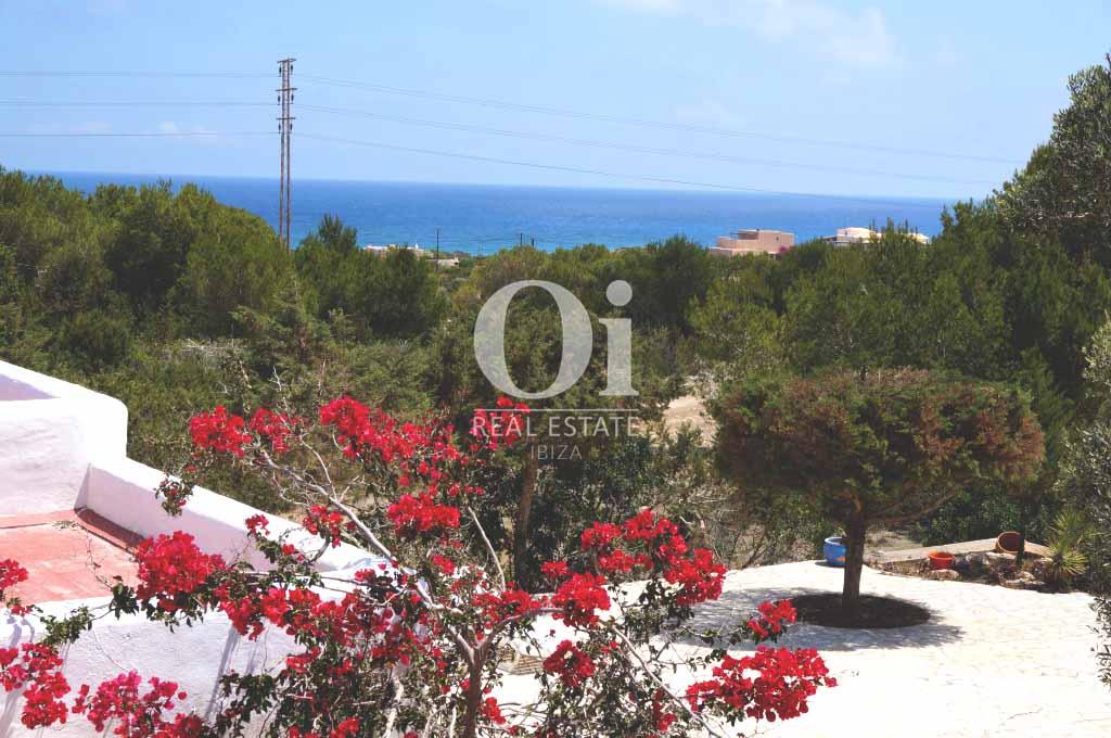 Vistas a la playa desde casa en alquiler de estancia en Formentera