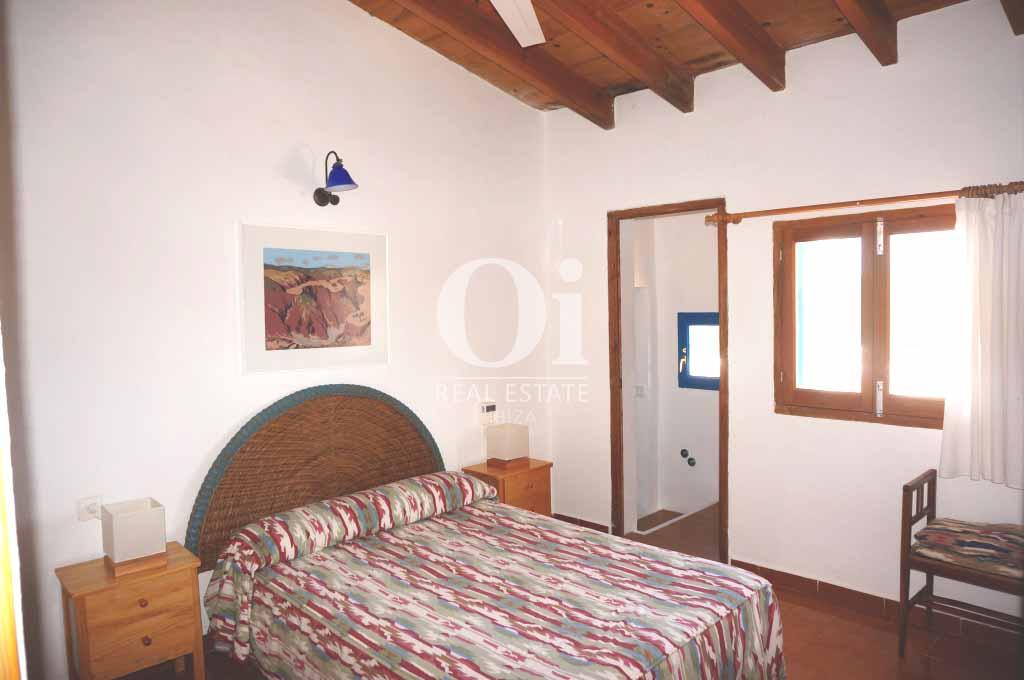 Спальня с двуспальной кроватью в доме, сдающемся в аренду в период летних отпусков на Форментере