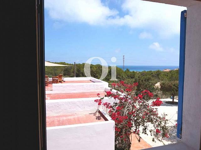 Vistas al mar y al bosque desde casa en alquiler de estancia en Formentera