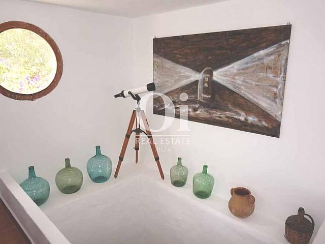 Blick auf das Dekor der rustikalen Ferienunterkunft auf Formentera