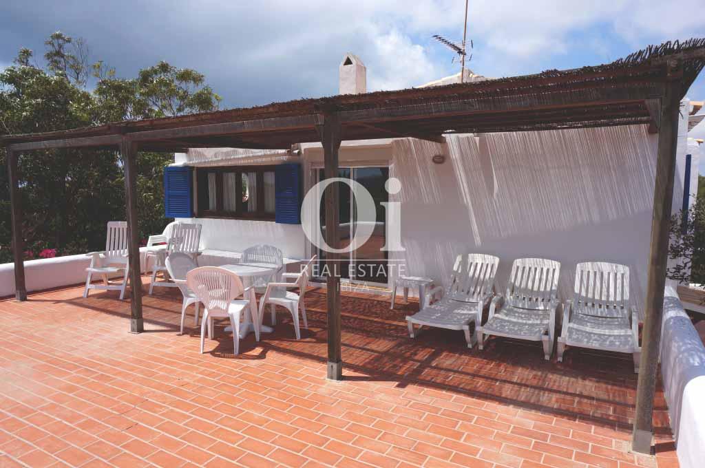 Blick auf die Terrasse der rustikalen Ferienunterkunft auf Formentera