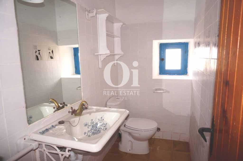 Blick in ein Bad der rustikalen Ferienunterkunft auf Formentera