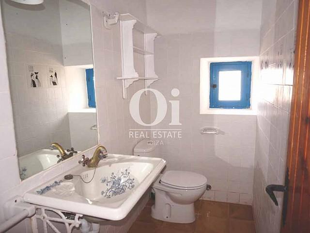 Ванная комната в доме, сдающемся в аренду в период летних отпусков на Форментере