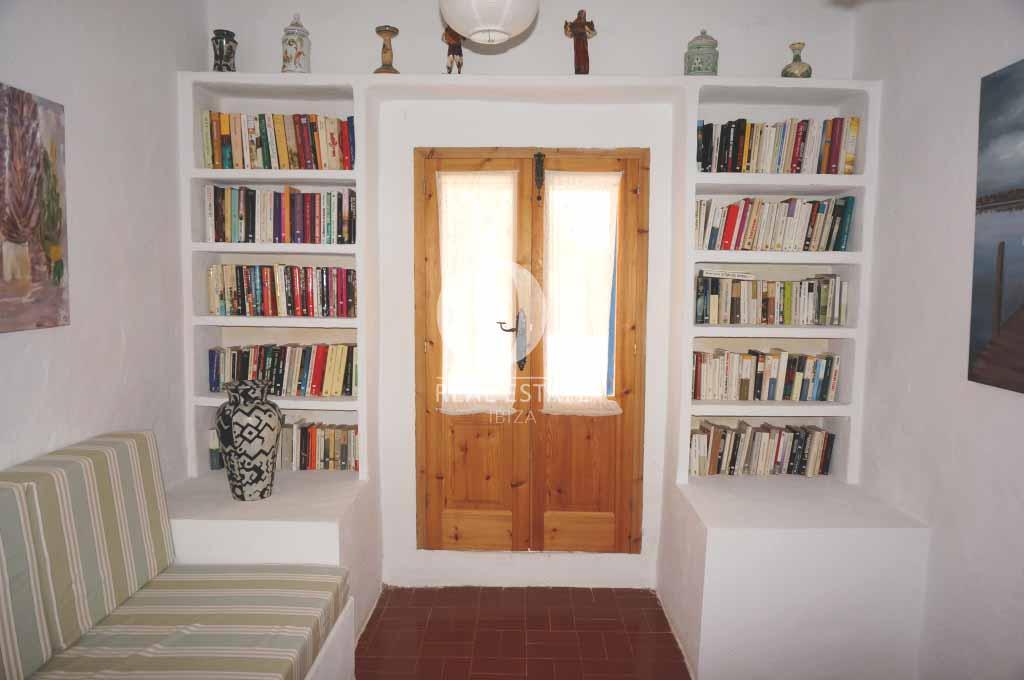 Blick in die Bibliothek der rustikalen Ferienunterkunft auf Formentera