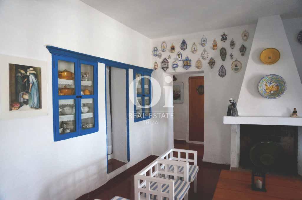 Гостиная, совмещенная со столовой с камином, в доме, сдающемся в аренду в период летних отпусков на Форментере