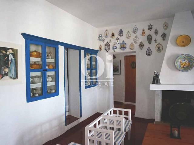 Salón comedor con chimenea de casa en alquiler de estancia en Formentera.