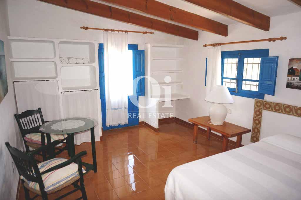Blick in ein Schlafzimmer der rustikalen Ferienunterkunft auf Formentera