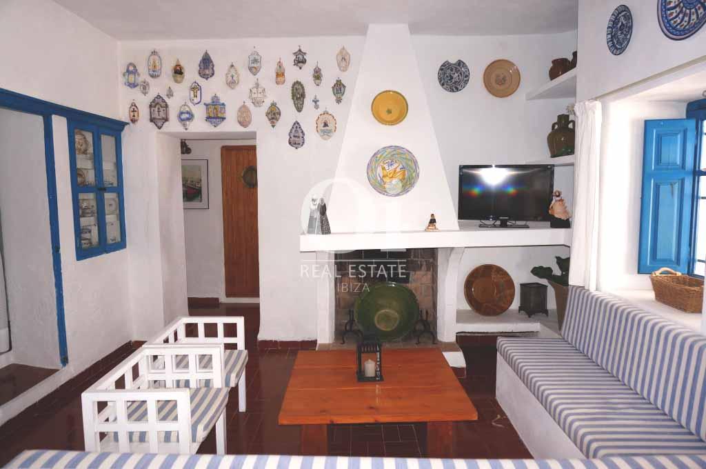 Sala de estar con chimenea de casa en alquiler en Formentera