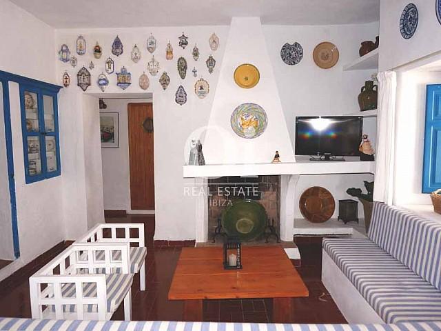 Зал с камином в доме, сдающемся в аренду в период летних отпусков на Форментере