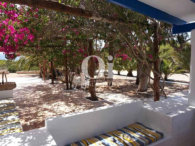 Blick auf die Hof der rustikalen Ferienunterkunft auf Formentera