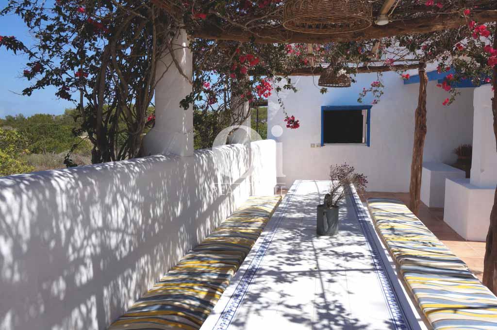 Blick auf den Grillplatz der rustikalen Ferienunterkunft auf Formentera