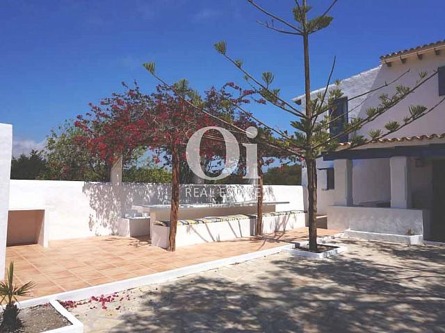 Blick auf die Fassade der rustikalen Ferienunterkunft auf Formentera