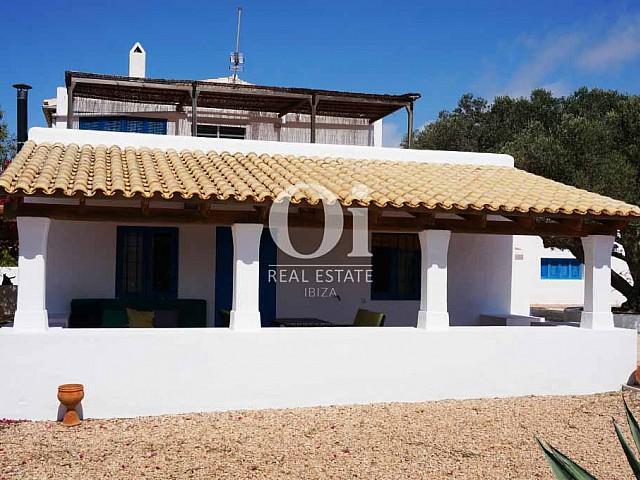 Fachada de casa de alquiler de estancia en Formentera