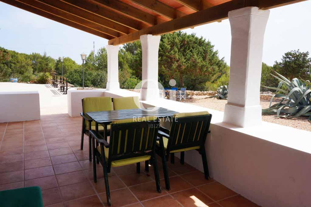 Blick auf die Terrasse von rustikalen Haus zur Miete auf Formentera