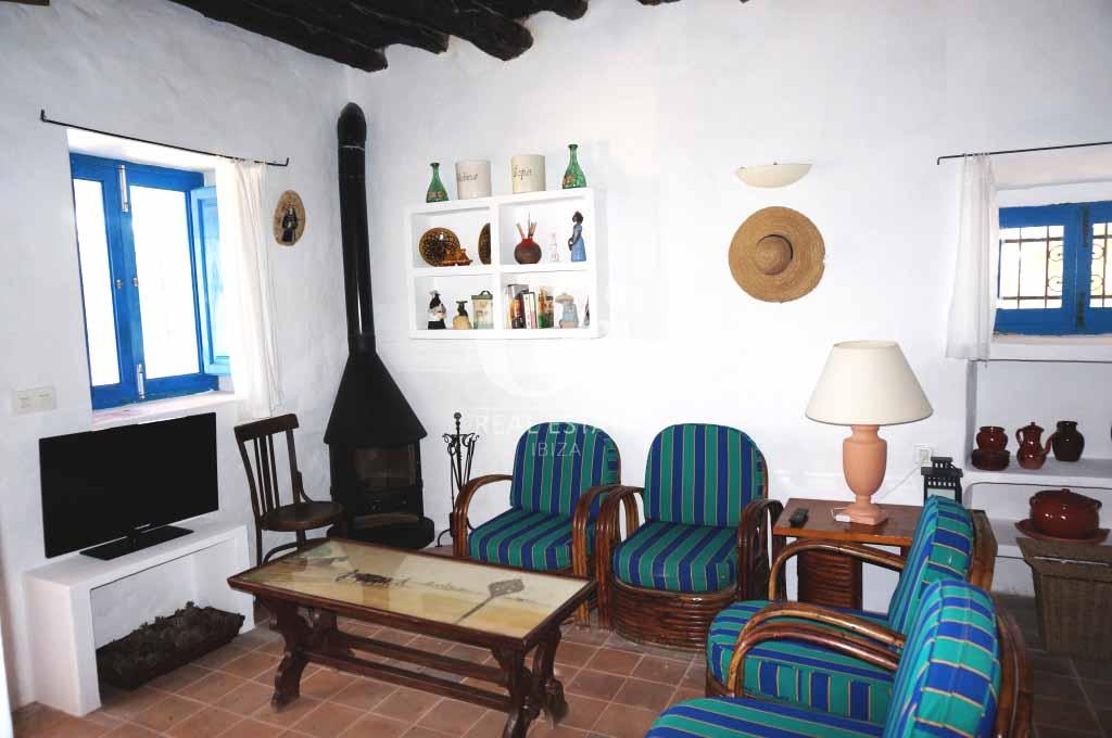 Гостиная с камином в доме, сдающемся в аренду в период летних отпусков на Форментере
