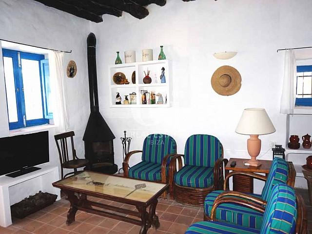 Salón con chimenea de casa en alquiler vacacional en Formentera