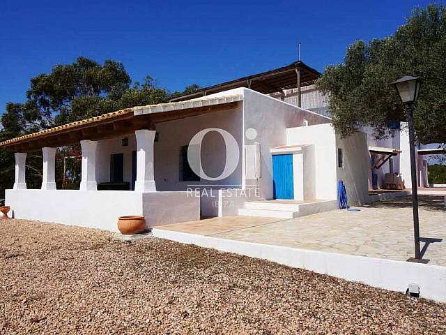 Fachada de casa de alquiler vacacional en Formentera