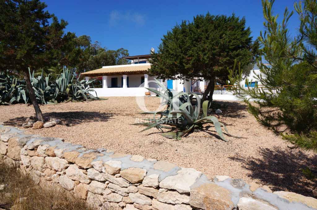 Blick auf den Außenbereich von rustikalen Haus zur Miete auf Formentera