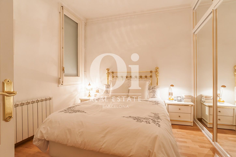 Blick in ein Schlafzimmer der Immobilie zum Verkauf im Eixample Esquerra