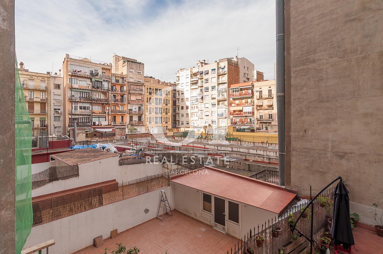 Blick vom Balkon der Immobilie zum Verkauf im Eixample Esquerra