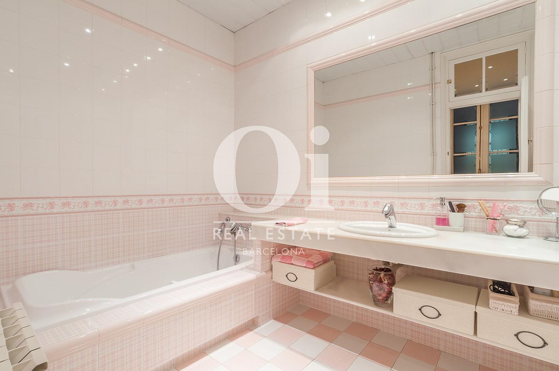 Blick in ein Bad der Immobilie zum Verkauf im Eixample Esquerra
