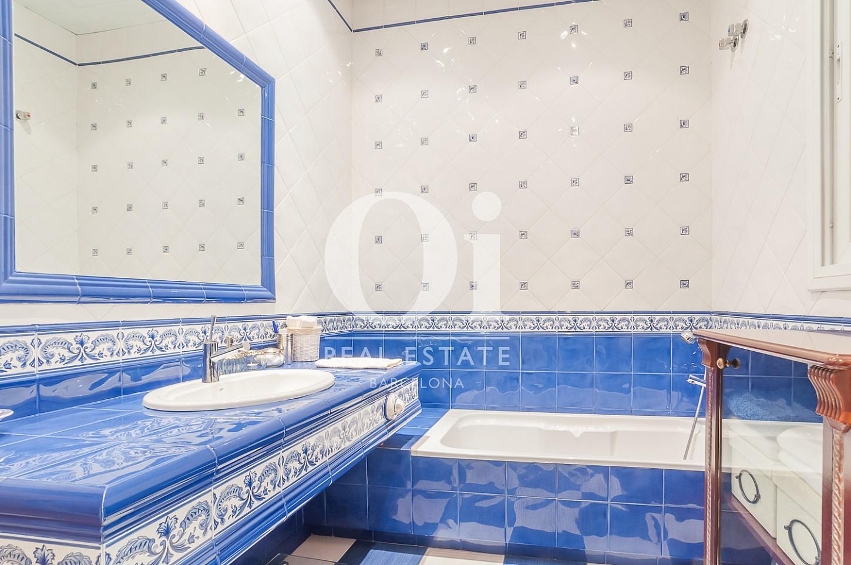 Blick in ein Badezimmer der Immobilie zum Verkauf im Eixample Esquerra