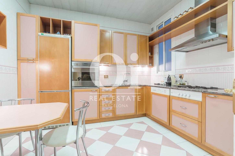 Blick in die Küche der Immobilie zum Verkauf im Eixample Esquerra