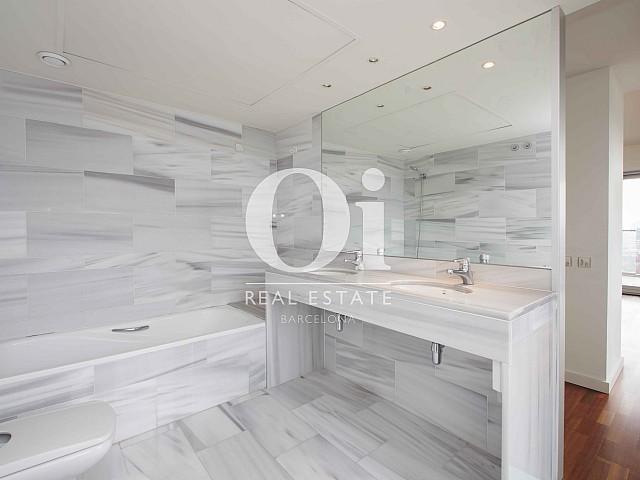 Blick in ein Bad vom Apartment zum Verkauf in Diagonal Mar