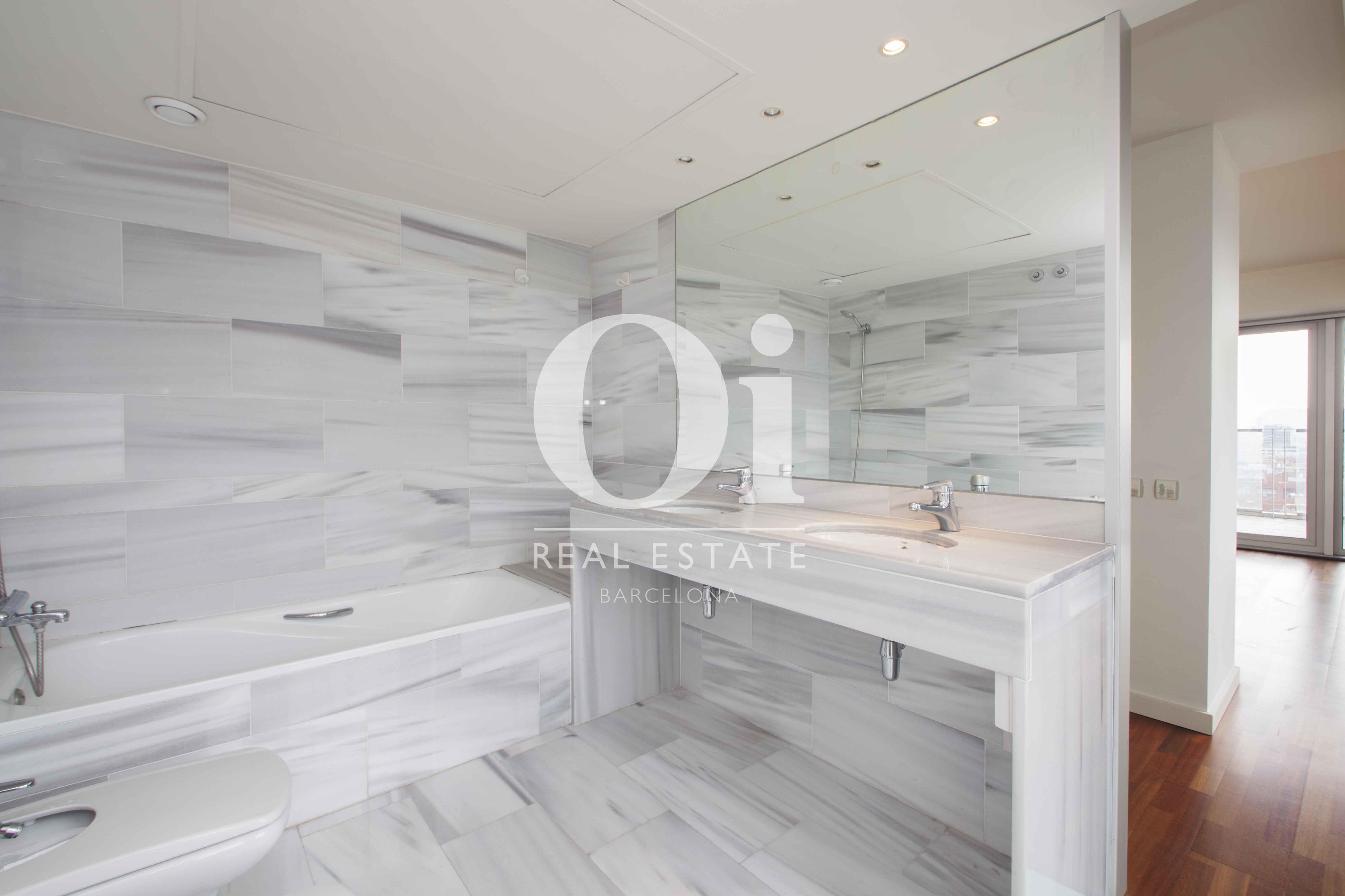 Ванная комната с ванной в квартире на продажу в Diagonal Mar, Барселона