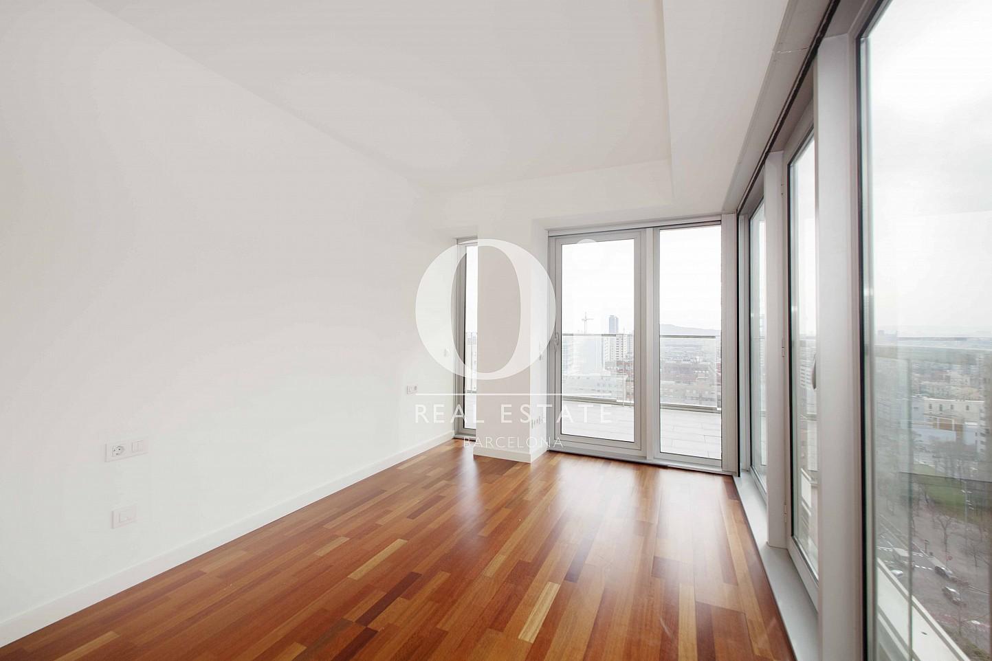 Habitación con amplios ventanales de preciosas vistas de piso en venta en Diagonal Mar, Barcelona