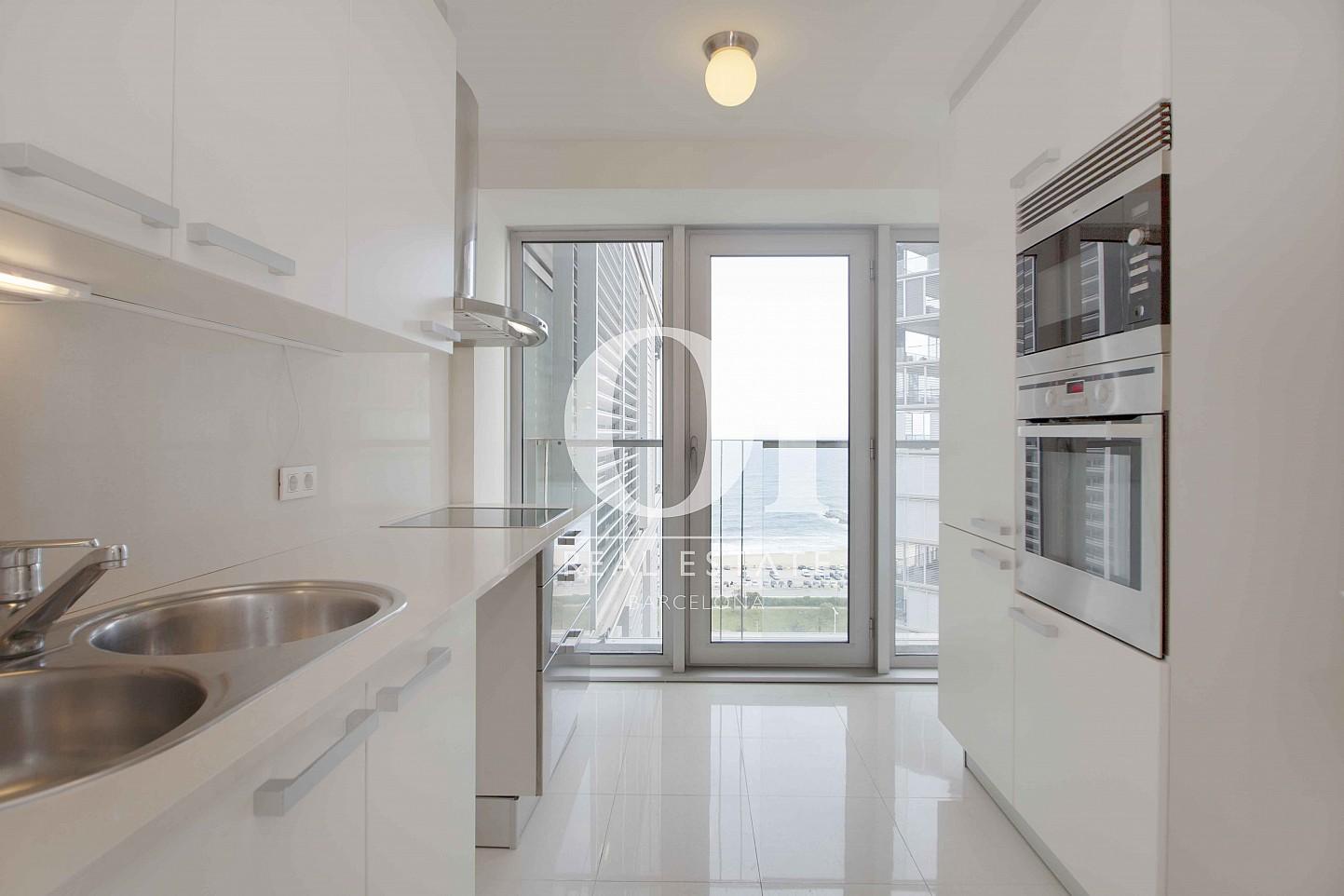 Blick in die Küche vom Apartment zum Verkauf in Diagonal Mar