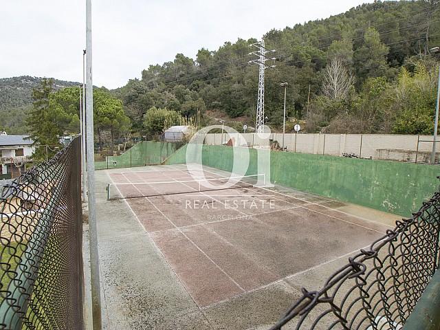 Blick auf den Tennisplatz vom Haus zum Kauf in Tagamanent, Barcelona