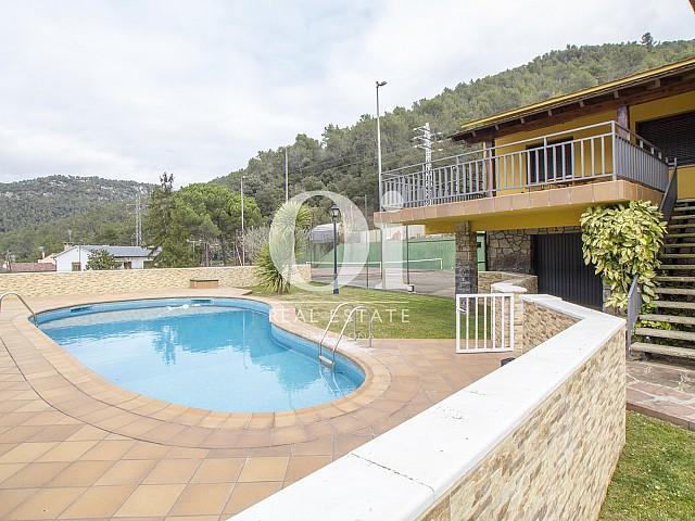 Вид на замечательный уютный дом и бассейн на продажу в Tagamanent